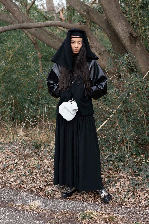 Y's时装系列黑色系列的一个关键主题是透明度标志性的华达呢外套-45.jpg