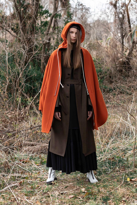 Y's时装系列黑色系列的一个关键主题是透明度标志性的华达呢外套-46.jpg