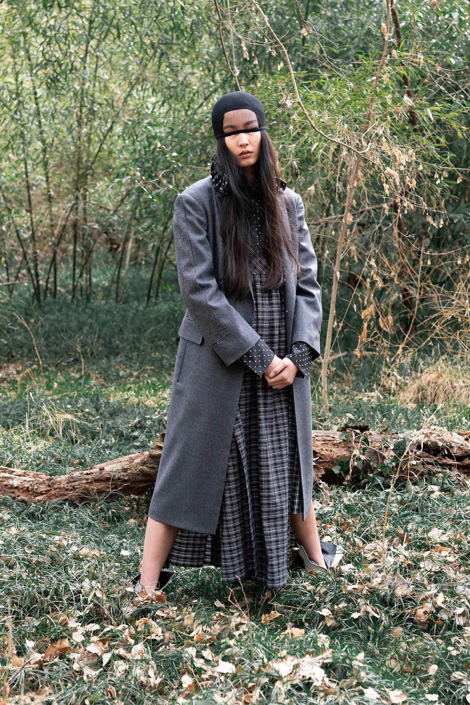 Y's时装系列黑色系列的一个关键主题是透明度标志性的华达呢外套-47.jpg
