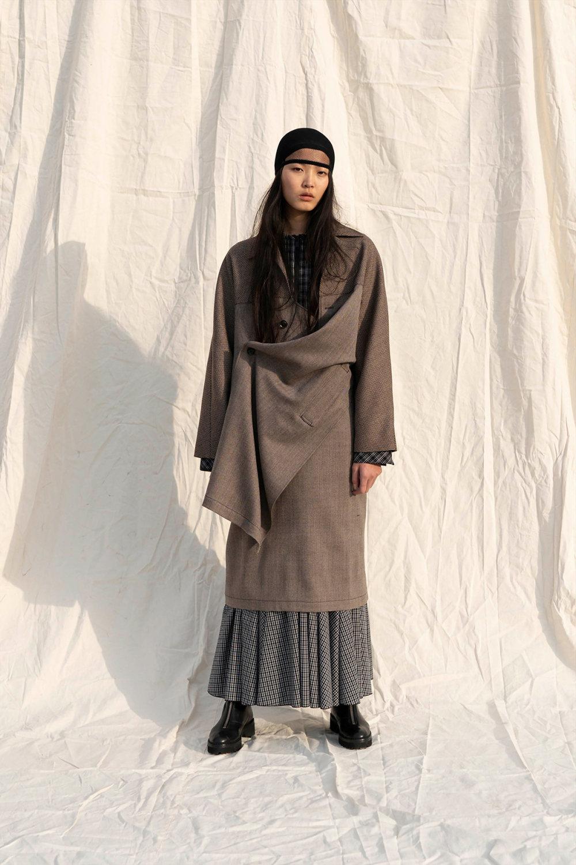 Y's时装系列黑色系列的一个关键主题是透明度标志性的华达呢外套-48.jpg