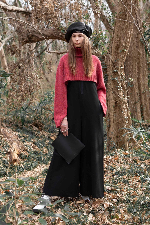 Y's时装系列黑色系列的一个关键主题是透明度标志性的华达呢外套-50.jpg
