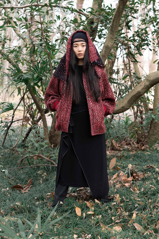 Y's时装系列黑色系列的一个关键主题是透明度标志性的华达呢外套-51.jpg