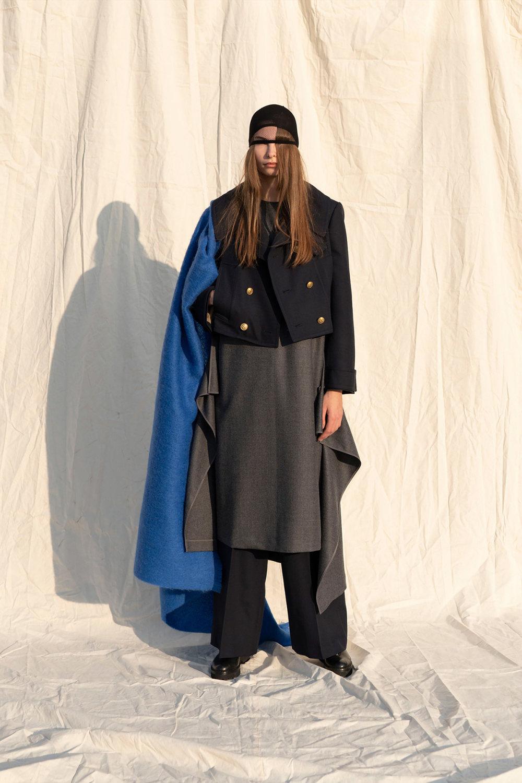 Y's时装系列黑色系列的一个关键主题是透明度标志性的华达呢外套-56.jpg