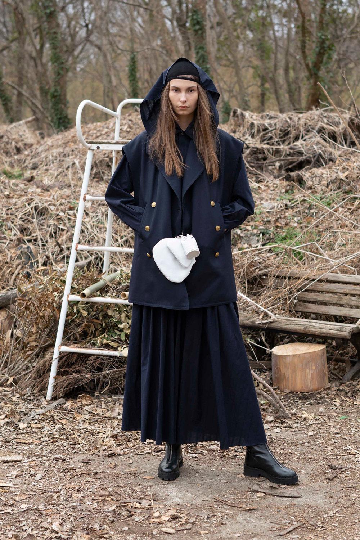 Y's时装系列黑色系列的一个关键主题是透明度标志性的华达呢外套-57.jpg