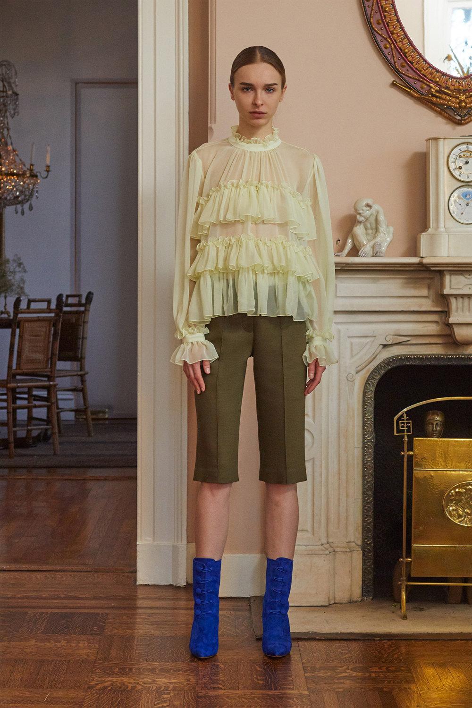 Adam Lippes时装系列的浅色迷人裙及无袖后扣栗色毛衣的百褶裙-2.jpg