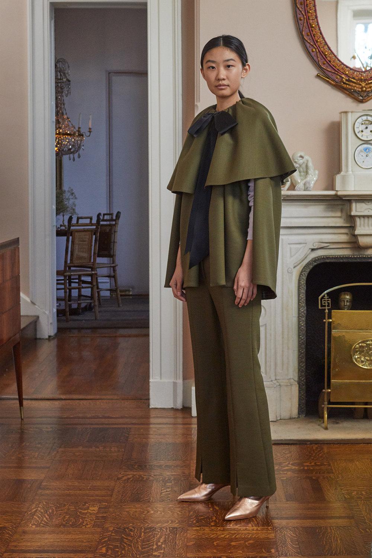 Adam Lippes时装系列的浅色迷人裙及无袖后扣栗色毛衣的百褶裙-3.jpg