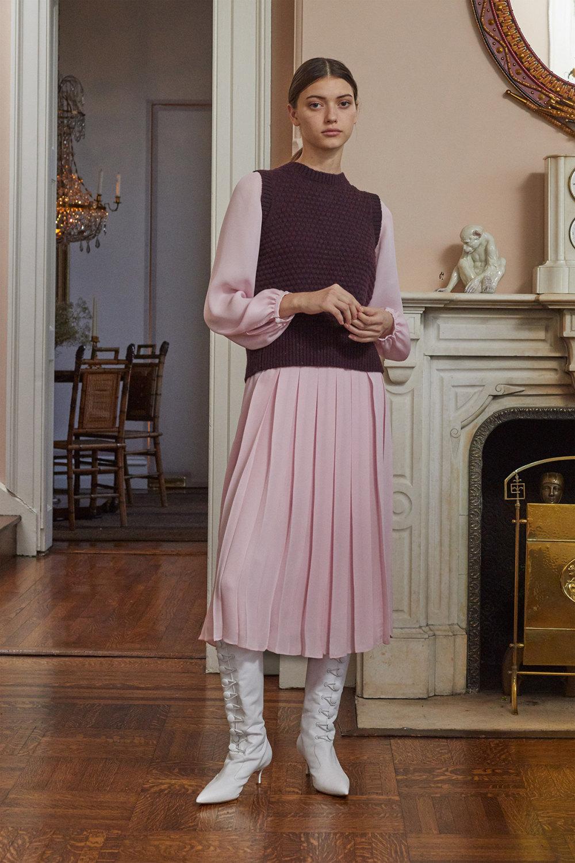 Adam Lippes时装系列的浅色迷人裙及无袖后扣栗色毛衣的百褶裙-4.jpg