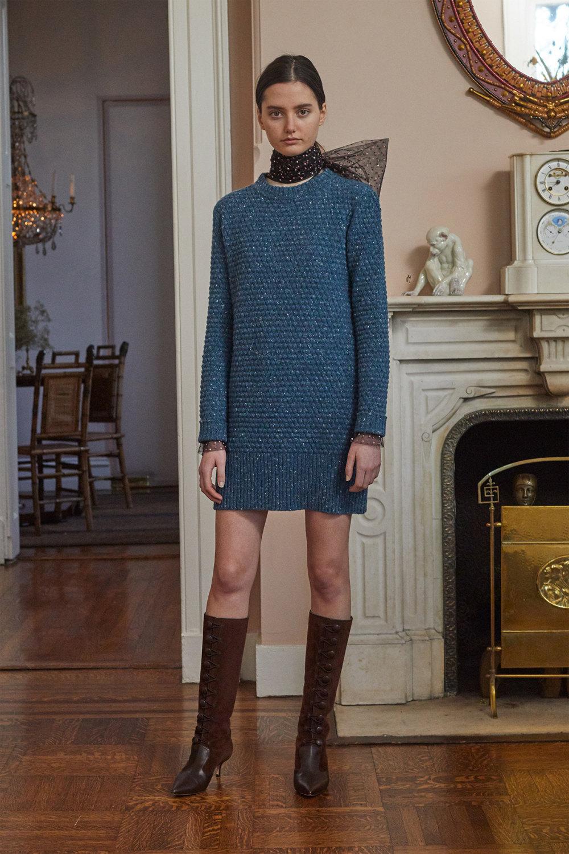 Adam Lippes时装系列的浅色迷人裙及无袖后扣栗色毛衣的百褶裙-6.jpg