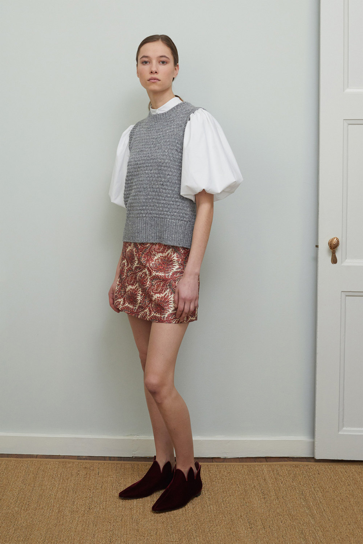 Adam Lippes时装系列的浅色迷人裙及无袖后扣栗色毛衣的百褶裙-11.jpg