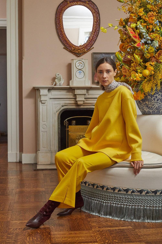 Adam Lippes时装系列的浅色迷人裙及无袖后扣栗色毛衣的百褶裙-13.jpg