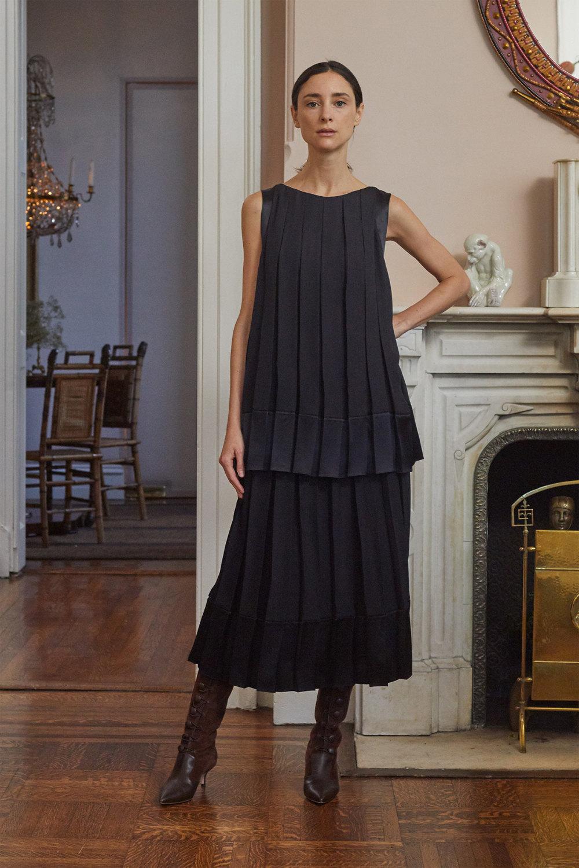 Adam Lippes时装系列的浅色迷人裙及无袖后扣栗色毛衣的百褶裙-14.jpg
