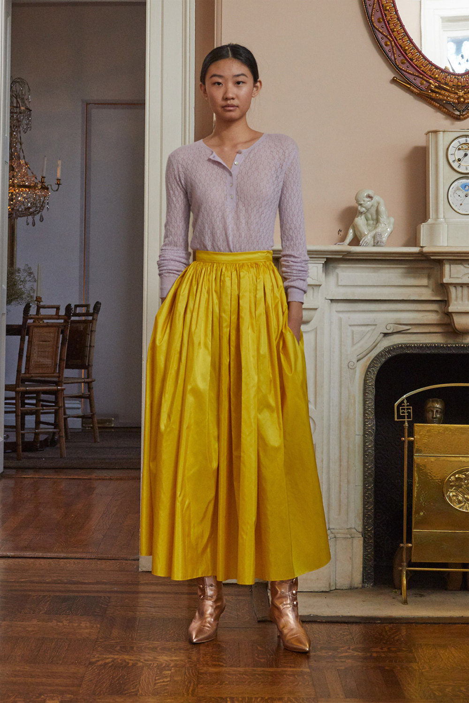 Adam Lippes时装系列的浅色迷人裙及无袖后扣栗色毛衣的百褶裙-16.jpg