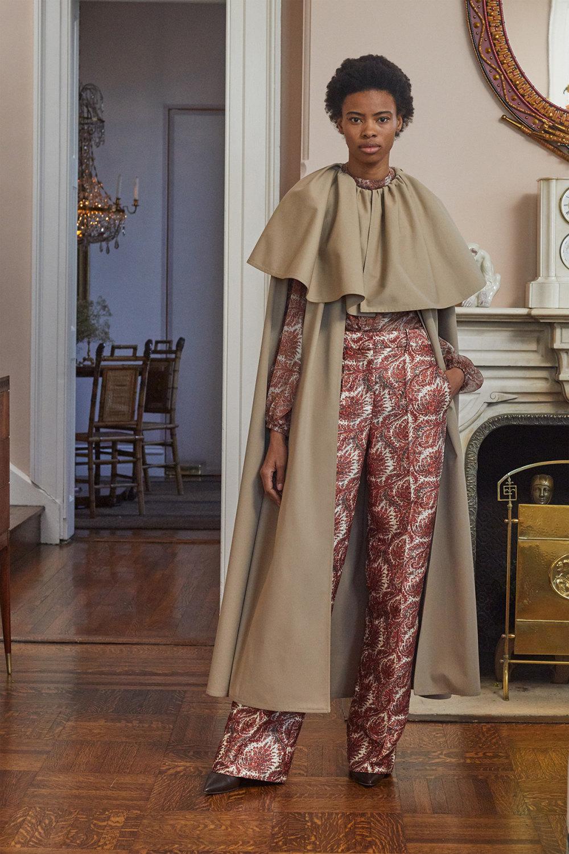 Adam Lippes时装系列的浅色迷人裙及无袖后扣栗色毛衣的百褶裙-19.jpg