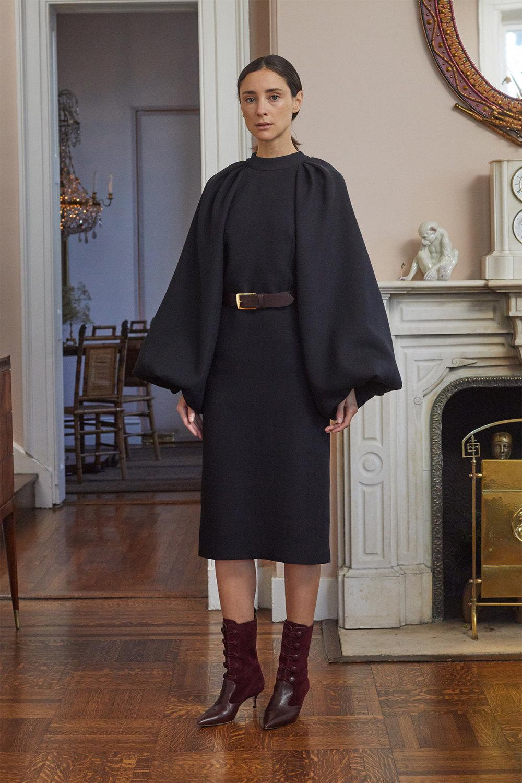 Adam Lippes时装系列的浅色迷人裙及无袖后扣栗色毛衣的百褶裙-24.jpg