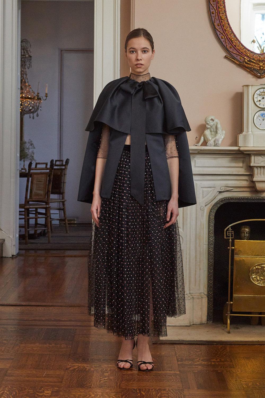Adam Lippes时装系列的浅色迷人裙及无袖后扣栗色毛衣的百褶裙-25.jpg