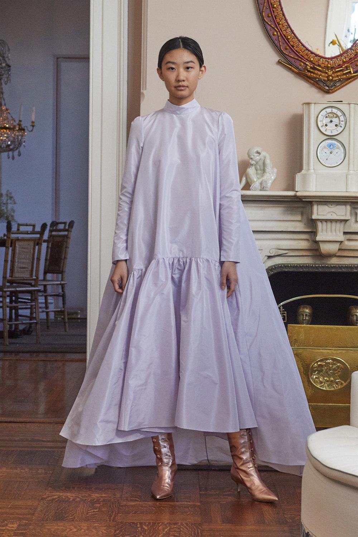 Adam Lippes时装系列的浅色迷人裙及无袖后扣栗色毛衣的百褶裙-26.jpg