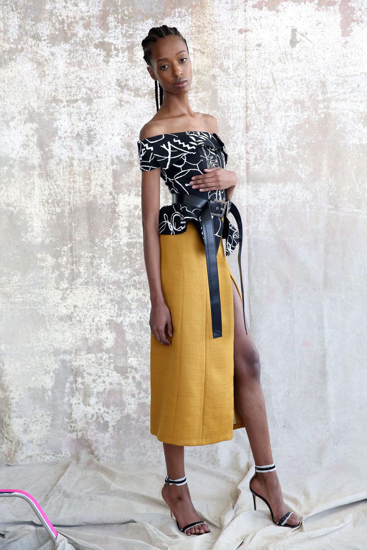 Aliette时装系列表现在一件金色的黄色女神礼服低领口和高开衩-1.jpg