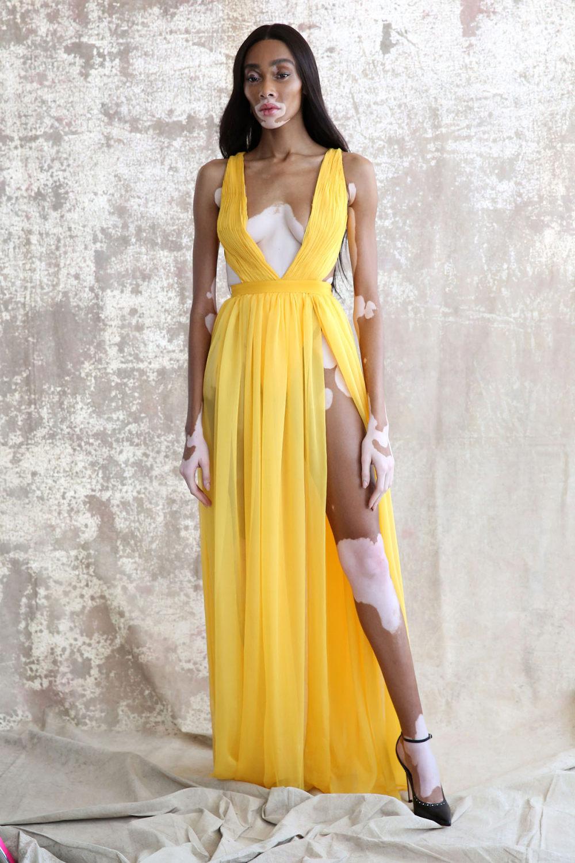 Aliette时装系列表现在一件金色的黄色女神礼服低领口和高开衩-4.jpg