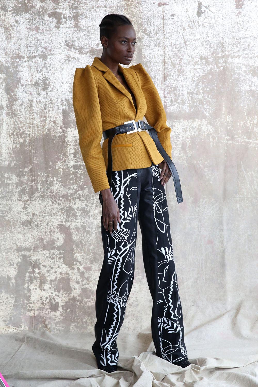 Aliette时装系列表现在一件金色的黄色女神礼服低领口和高开衩-9.jpg