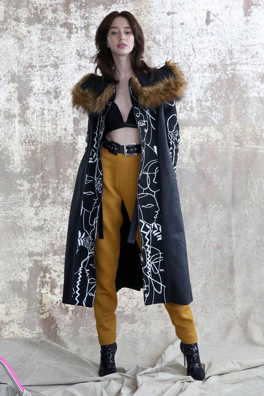 Aliette时装系列表现在一件金色的黄色女神礼服低领口和高开衩-11.jpg