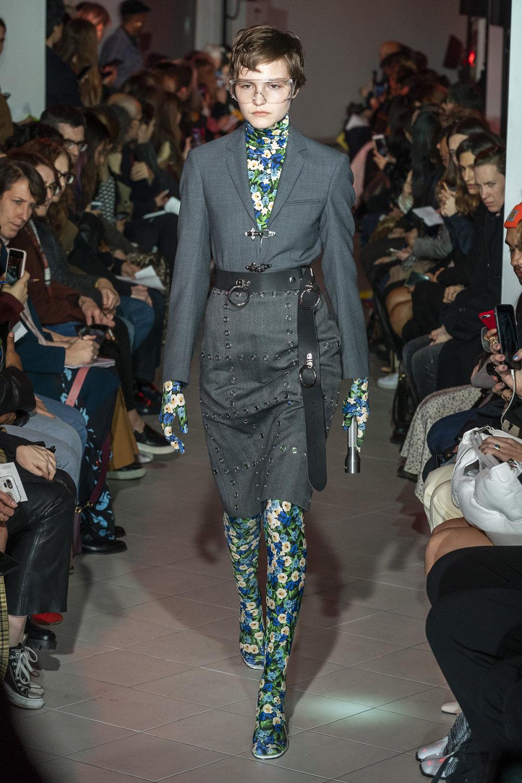 Rokh时装系列夹克系着金属钩子里面夹着镶满银色扣眼的铅笔裙-1.jpg