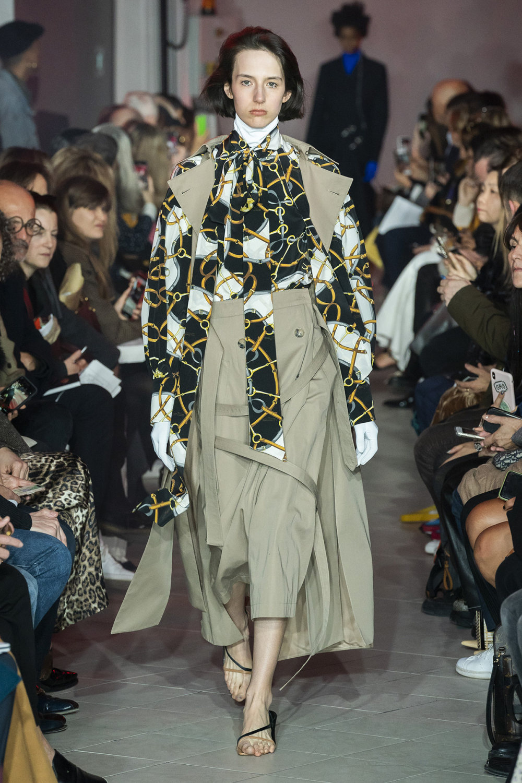 Rokh时装系列夹克系着金属钩子里面夹着镶满银色扣眼的铅笔裙-2.jpg