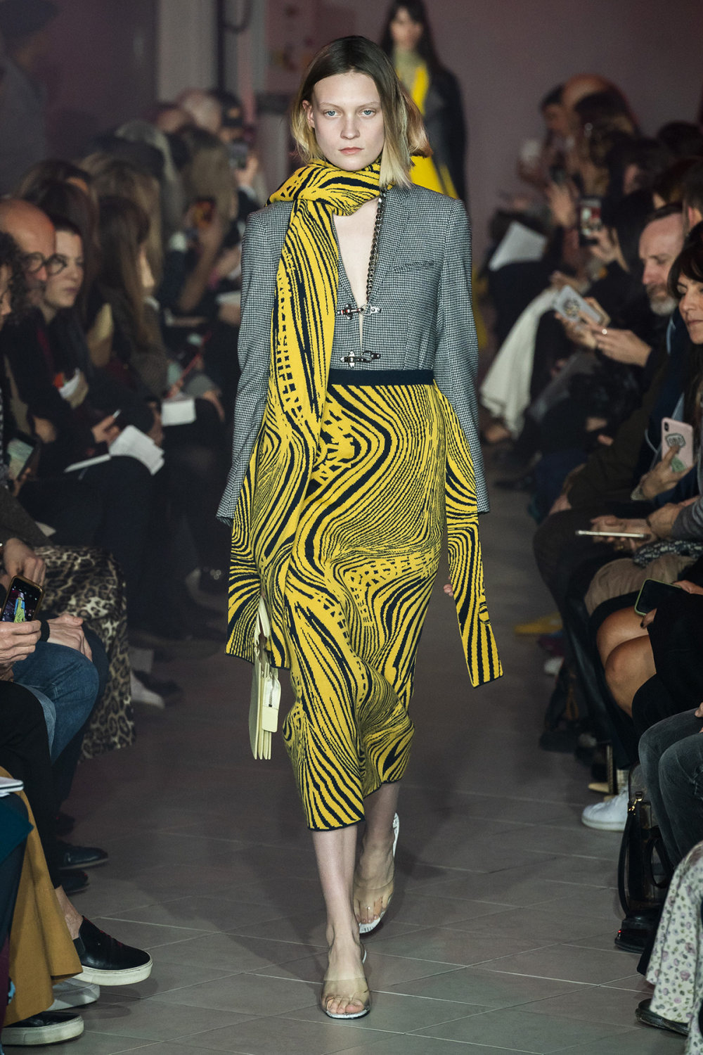 Rokh时装系列夹克系着金属钩子里面夹着镶满银色扣眼的铅笔裙-4.jpg