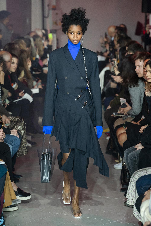 Rokh时装系列夹克系着金属钩子里面夹着镶满银色扣眼的铅笔裙-3.jpg
