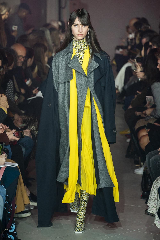 Rokh时装系列夹克系着金属钩子里面夹着镶满银色扣眼的铅笔裙-5.jpg
