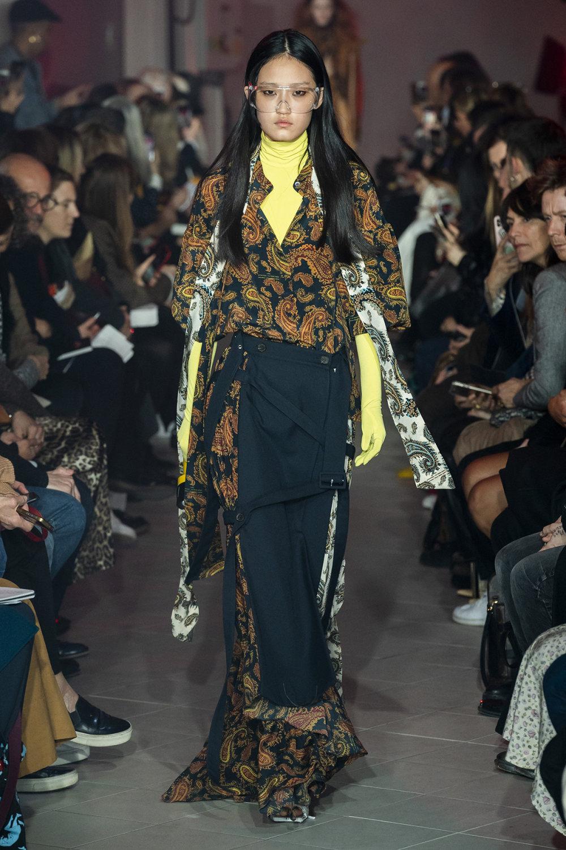 Rokh时装系列夹克系着金属钩子里面夹着镶满银色扣眼的铅笔裙-6.jpg