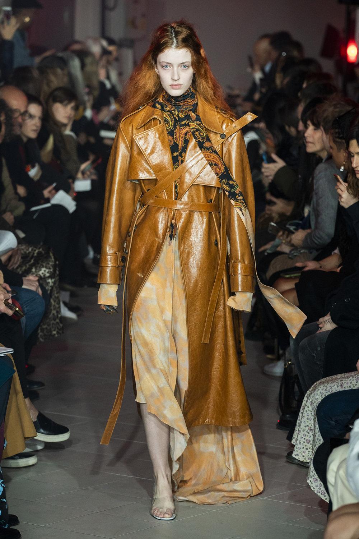 Rokh时装系列夹克系着金属钩子里面夹着镶满银色扣眼的铅笔裙-7.jpg