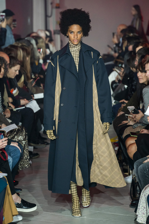 Rokh时装系列夹克系着金属钩子里面夹着镶满银色扣眼的铅笔裙-9.jpg