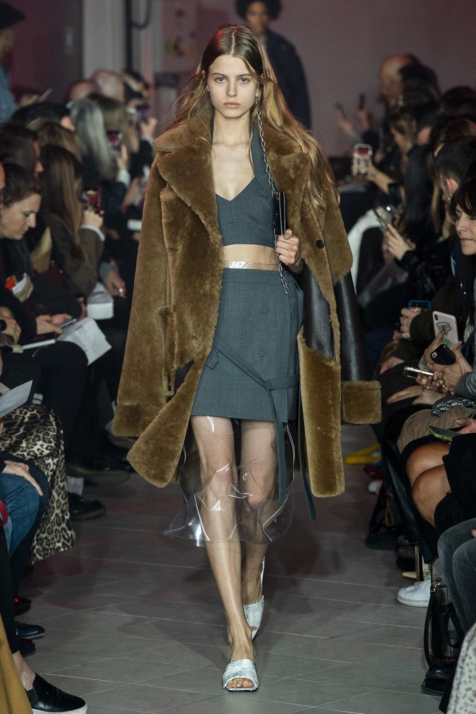 Rokh时装系列夹克系着金属钩子里面夹着镶满银色扣眼的铅笔裙-8.jpg