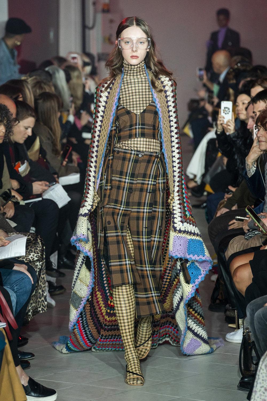 Rokh时装系列夹克系着金属钩子里面夹着镶满银色扣眼的铅笔裙-10.jpg