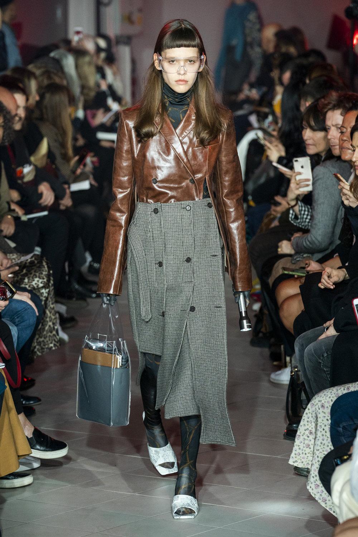 Rokh时装系列夹克系着金属钩子里面夹着镶满银色扣眼的铅笔裙-12.jpg