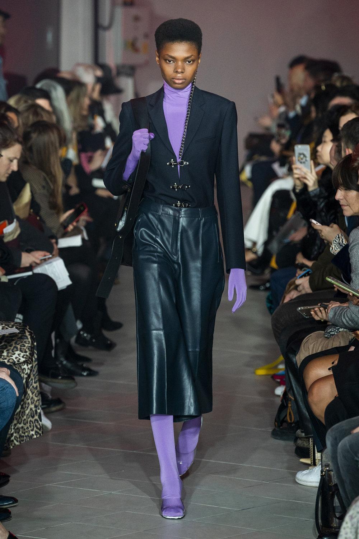 Rokh时装系列夹克系着金属钩子里面夹着镶满银色扣眼的铅笔裙-11.jpg