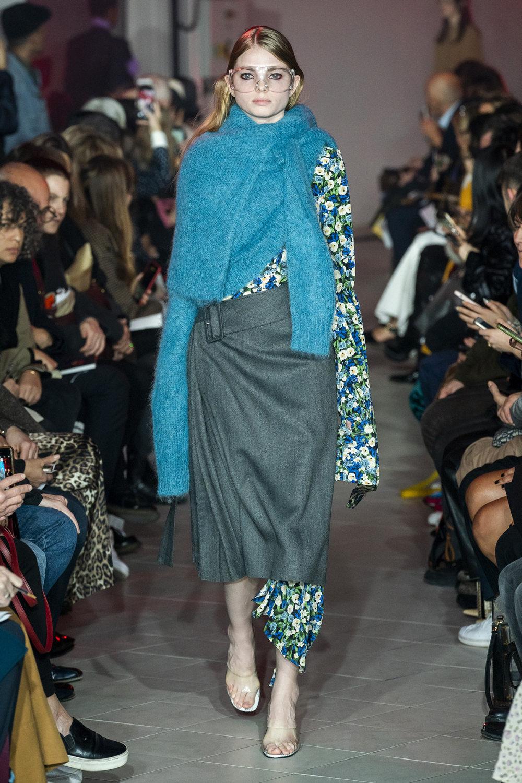 Rokh时装系列夹克系着金属钩子里面夹着镶满银色扣眼的铅笔裙-13.jpg