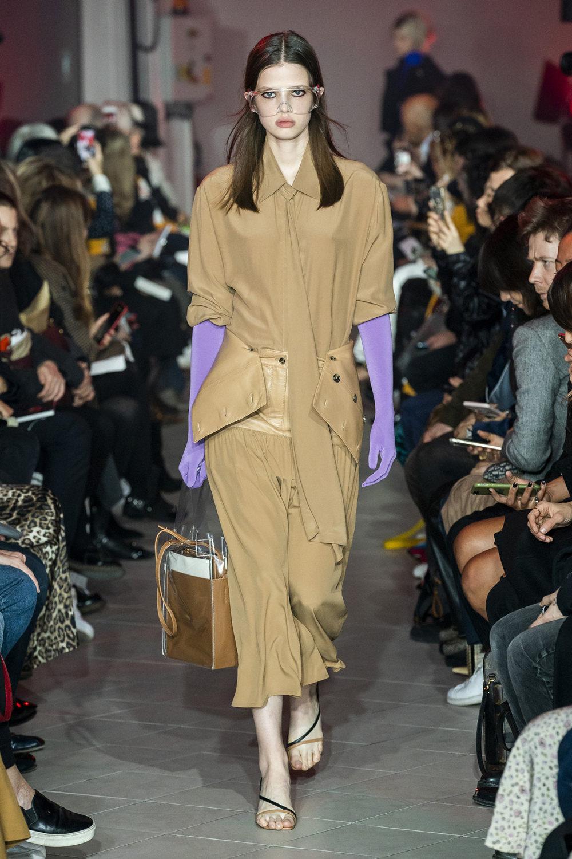 Rokh时装系列夹克系着金属钩子里面夹着镶满银色扣眼的铅笔裙-14.jpg