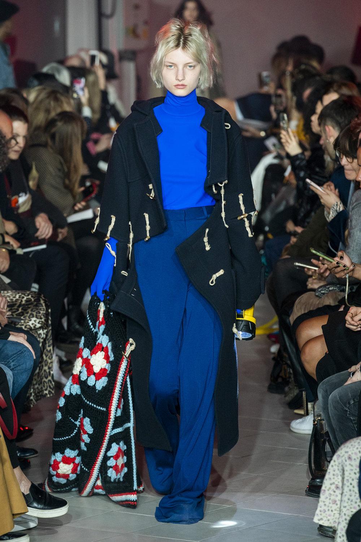 Rokh时装系列夹克系着金属钩子里面夹着镶满银色扣眼的铅笔裙-15.jpg