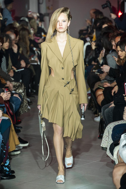 Rokh时装系列夹克系着金属钩子里面夹着镶满银色扣眼的铅笔裙-17.jpg