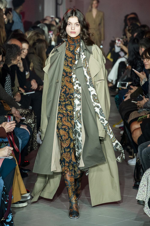 Rokh时装系列夹克系着金属钩子里面夹着镶满银色扣眼的铅笔裙-16.jpg