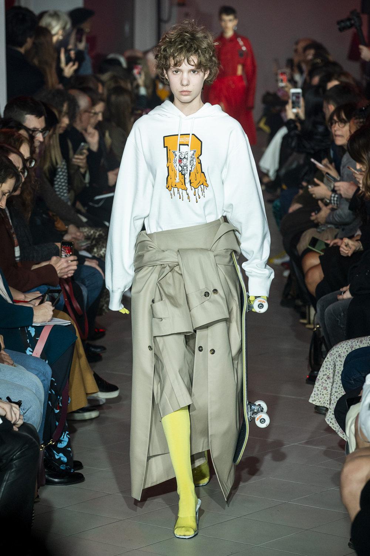 Rokh时装系列夹克系着金属钩子里面夹着镶满银色扣眼的铅笔裙-19.jpg