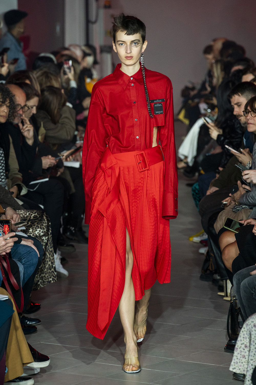 Rokh时装系列夹克系着金属钩子里面夹着镶满银色扣眼的铅笔裙-20.jpg