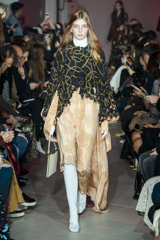 Rokh时装系列夹克系着金属钩子里面夹着镶满银色扣眼的铅笔裙-21.jpg