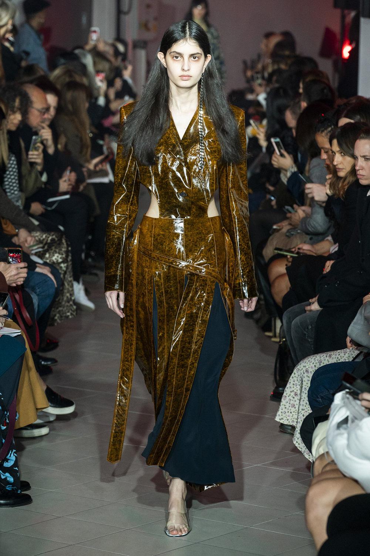Rokh时装系列夹克系着金属钩子里面夹着镶满银色扣眼的铅笔裙-22.jpg