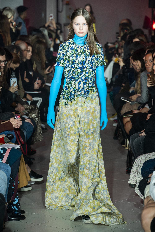 Rokh时装系列夹克系着金属钩子里面夹着镶满银色扣眼的铅笔裙-25.jpg