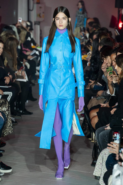 Rokh时装系列夹克系着金属钩子里面夹着镶满银色扣眼的铅笔裙-24.jpg