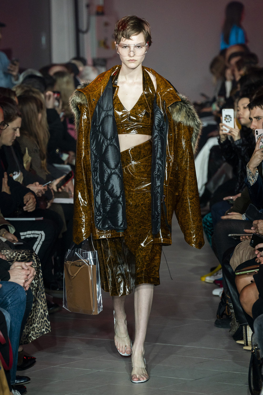 Rokh时装系列夹克系着金属钩子里面夹着镶满银色扣眼的铅笔裙-27.jpg