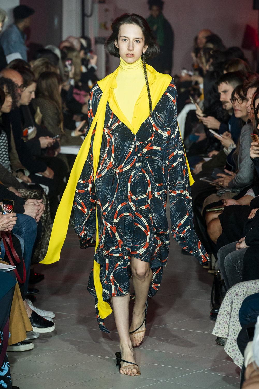 Rokh时装系列夹克系着金属钩子里面夹着镶满银色扣眼的铅笔裙-28.jpg