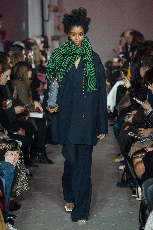 Rokh时装系列夹克系着金属钩子里面夹着镶满银色扣眼的铅笔裙-29.jpg